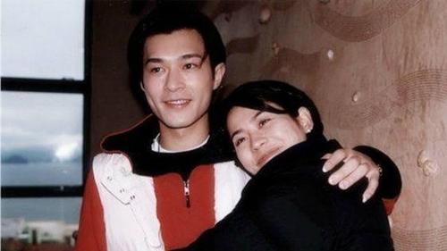 Năm 1994, khi đang làm người mẫu, Cổ Thiên Lạc được một quản lý tại đài TVB phát hiện, trực tiếp liên lạcđưa về đài làm diễn viên. Anh bắt đầu từ vai phụ trong series Tín vật hôn nhân, Xin chào thầy và sitcom Hạnh phúc đâu tự có (đòng cùng Tuyên Huyên,ảnh).