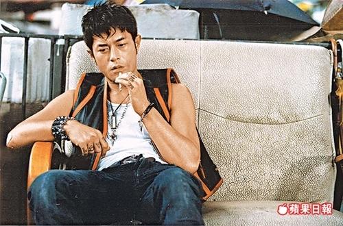 Năm 2007, Cổ Thiên Lạc làm fan ngỡ ngàng khi phá vỡ hình tượng điển traiquen thuộc, xuất hiện trong phim Môn đồ với mái tóc bết, phong cách bụi bặm, mơ màngtrong vai con nghiện ma túy. Sina đánh giá đây là một trong những vai người xấu ấn tượng của tài tử.