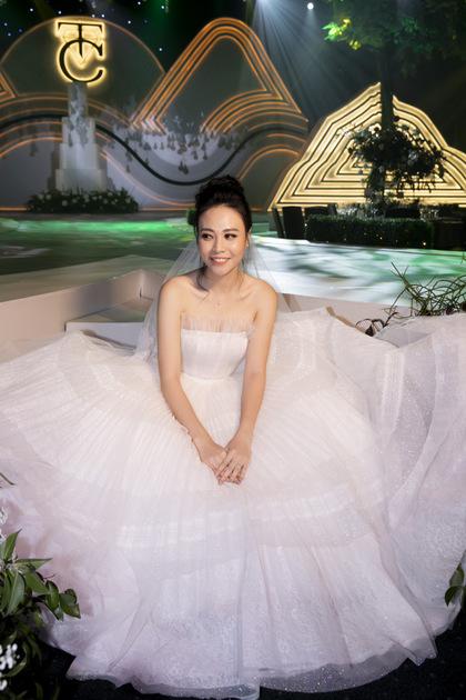 Đàm Thu Trang tạo dáng trong bộ váy cưới bồng xòe,