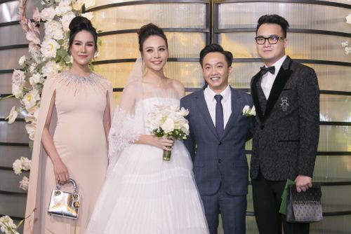 Người đẹp đi ăn cưới cùng chồng (phải).