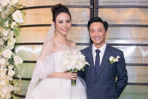 Đàm Thu Trang mặc soiree hở vai xuất hiện bên doanh nhân Cường Đôla.