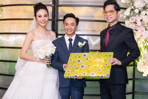 Cô dâu, chú rể nhận quà cưới từ ca sĩ Ngọc Sơn.
