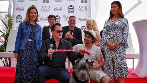 Đạo diễn Quentin Tatarino thay mặt Sayuri nhận giải Palm Dog tại LHP Cannes hồi tháng 5. Ảnh: Hollywood Reporter.