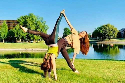 Hai mẹ con Hà Hồtập yoga ngoài trời.