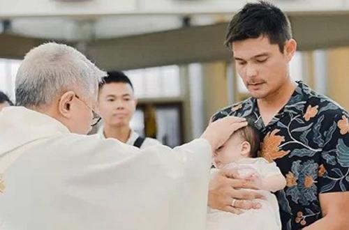 Theo K-push, ngày 28/7, vợ chồng Marian Rivera - Dingdong Dantes đưa con trai tới nhà thờ tại Makati, Philippines làm lễ rửa tội. Cô mời người thân và một số bạn bè tham dự.