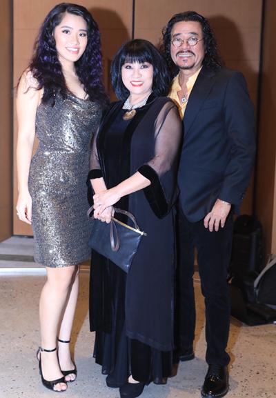 Vợ chồng ca sĩ Cẩm Vân - Khắc Triệu đi sự kiện cùng con gái (trái).