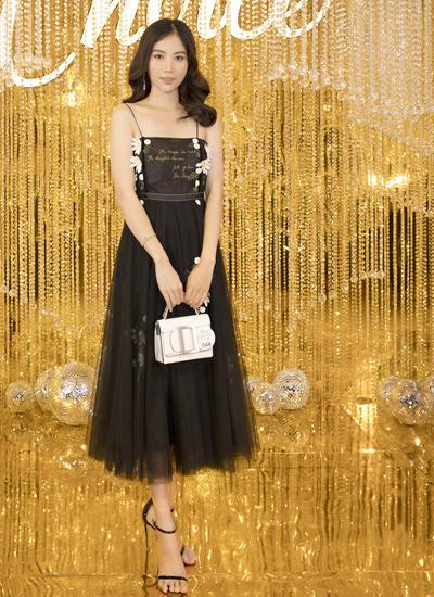 Người đẹp Nam Em chọn váy hai dây, trang điểm nhẹ nhàng.