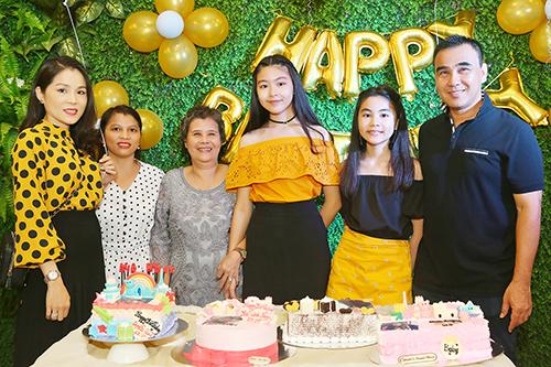Quyền Linh bên hai con gái và mẹ (từ phải qua) cùng vợ - chị Dạ Thảo (trái) - tại tiệc sinh nhật.