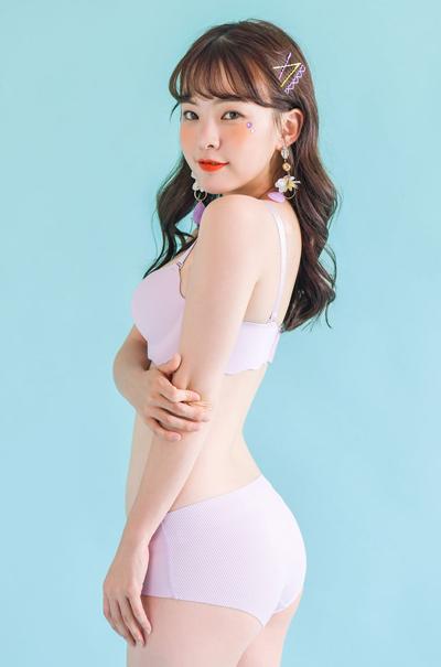 Lee Ha Neul có thương hiệu thời trang mang tên mình. Cô làm CEO kiêm người mẫu quảng cáo