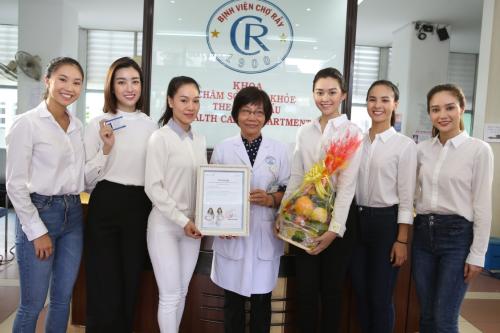 5 cô gái của cuộc thi Miss World Vietnam và Hoa hậu Đỗ Mỹ Linh (thứ hai, từ trái sang)