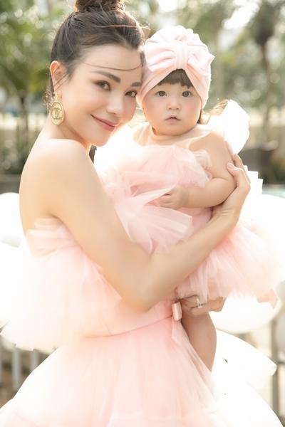 Trà Ngọc Hằng bên con gái Sophie ở sự kiện.