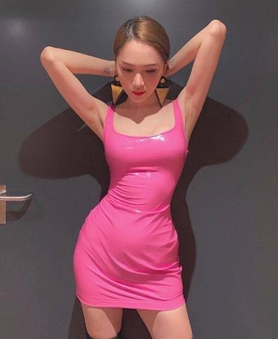 Hoa hậu Hương Giang theo đuổi mốt màu hồng với váy cao su.