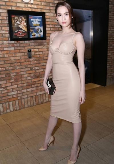 Người mẫu từng mặc một bộ đầm corset màu be làm từ cao su khi đi xem phim.