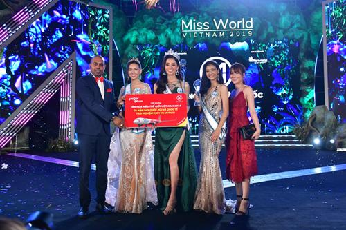 Ngoài phần thưởng 300 triệu đồng từ ban tổ chức, Tân Hoa hậu còn nhận nhiều phần thưởng từ các nhà tài trợ, trong đó có một năm bay miễn phí tại tất cả các chặng trong nước và quốc tế từ Hãng hàng không Vietjet.