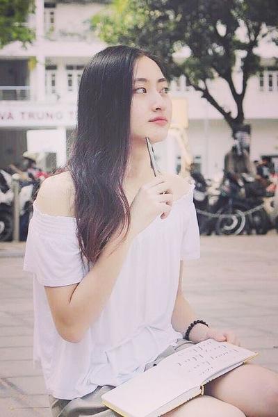 Người đẹp chuộng gu thời trang giản dị khi đi học, xuống phố. Cô tiết lộ trang phục của mình tại cuộc thi Hoa hậu Thế giới Việt Nam đa số được cho mượn.