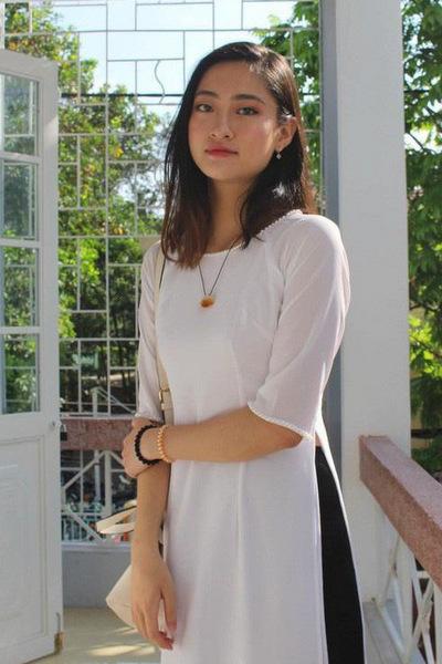 Thời học Trung học phổ thông chuyên tỉnh Cao Bằng, cô cógương mặt tròn trịa, đường nét chưa thanh thoát.