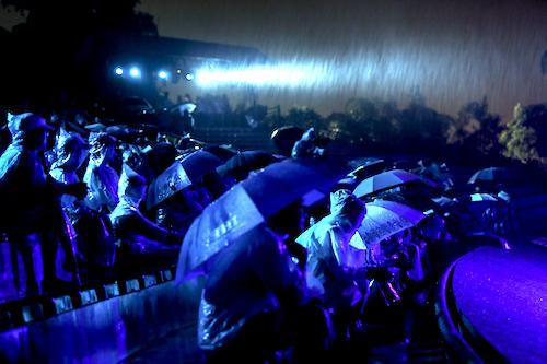 Khán giả mặc áo mưa, che ô để xem hết vở diễn tối 3/8.
