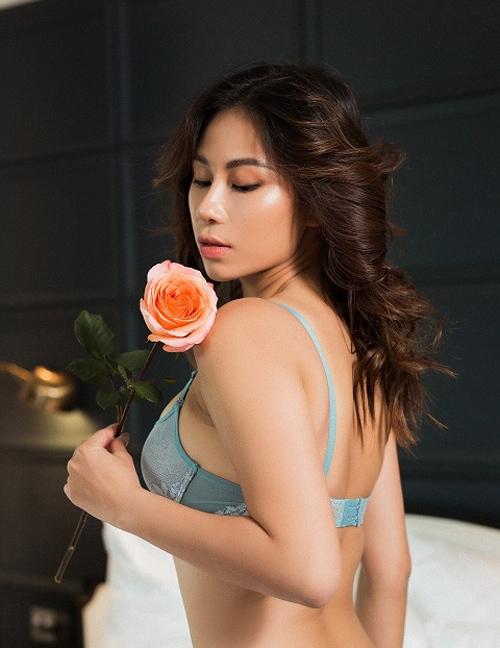 Với các nàng có vòng ngực đầy đặn, muốn diện những chiếc váy với phần ngực xẻ sâu thì Plunge bra là sự lựa chọn phù hợp. Phần đệm vừa phải, dây lưng thun co dãn tốt, nâng đỡ và tôn lên mộtvòng yêu kiều giúp càng nàng tự tin khoe dáng.