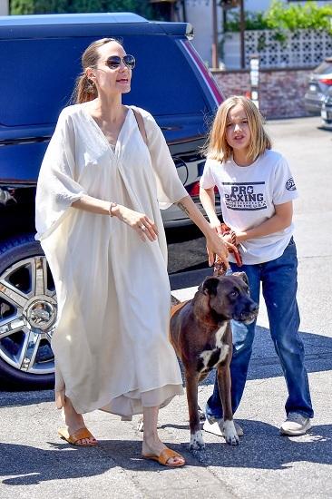 Angelina Jolie và con gái đưa thú cưng đi khám bác sĩ hôm 4/8. Ảnh: Hollywood Life.