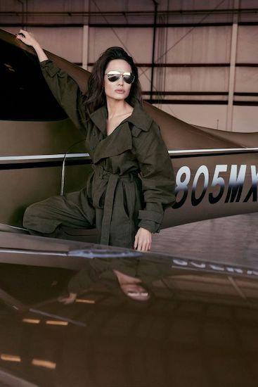 Angelina Jolie chụp ảnh chiếc máy bay riêng mua sau khi nhận nuôi Maddox năm 2002. Cô cho biết số hiệu ở đuôi máy bay được đặt theo ngày sinh của cậu (ngày 8/5). Ảnh: Elle.