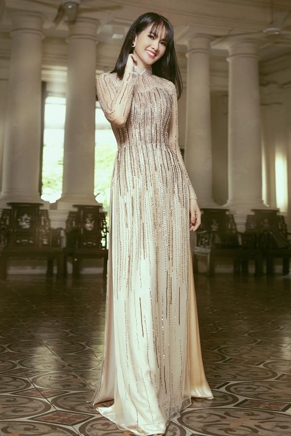 Anh Thư diện 5 kiểu áo dài cưới đính hạt
