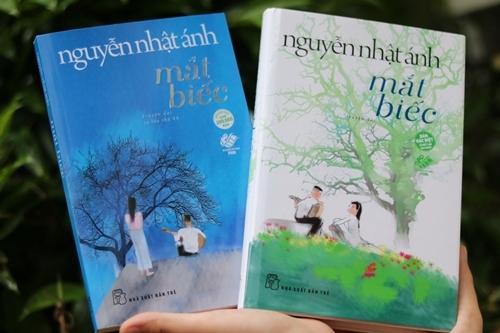 Bìa sách mềm (trái) và cứng của Mắt biếc.