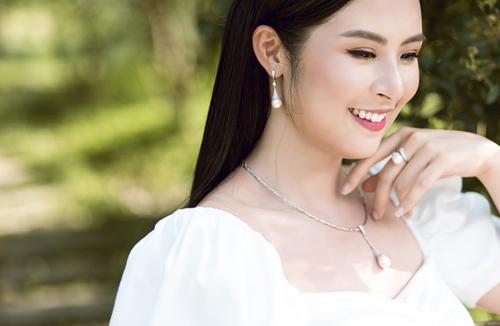 Hoa hậu Việt Nam 2010 cho biết LuxJy Jewelry là một trong những thương hiệu trang sức được cô ưa chuộng nhờ cácthiết kế rất đặc trưng tôn vẻ đẹp trẻ trung, sang trọng và tinh tế.