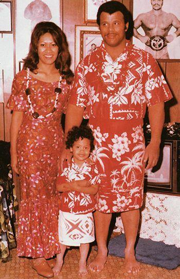 Dwayne Johnson chụp ảnh cùng cha mẹ khi còn nhỏ. Ảnh: Pinterest.