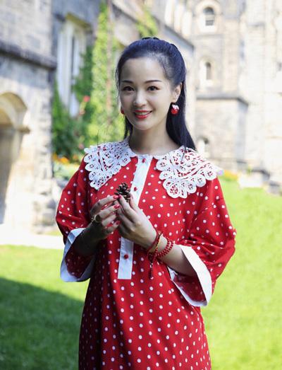 Cừu Đan Lợi năm nay 36 tuổi, là nghệ sĩ hý kịch làm việc ở Thượng Hải, Trung Quốc.