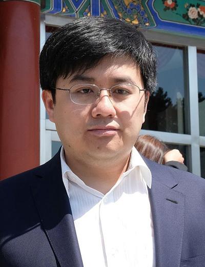 Hân Bồi tốt nghiệp Đại học Bắc Kinh - ngôi trường hàng đầu Trung Quốc. Sau đó, anh lấy bằng Tiến sĩ ở Viện Khoa học Trung Quốc.Năm 2014, anh cùng bạn thành lập công ty về máy nông nghiệp.