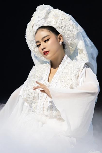 Hoàng Thùy Linh trong hình tượng lấy cảm hứng từ Cô Bơ,