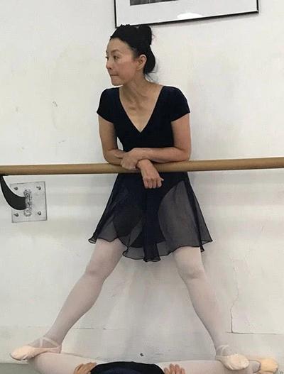 Lý Tái Phụng hướng dẫn một học viên múa ballet. Ngoài đam mê múa, cô thường luyện piano. Diễn viên thíchdu lịch, thường cùng người thân, bạn bè du ngoạn khắp thế giới.