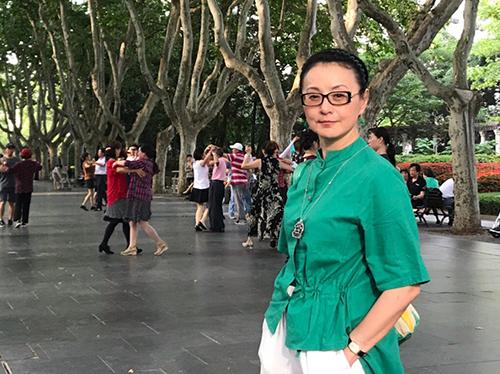 Nữ diễn viên vắng bóng màn ảnh hơn 20 năm, hiếm khi tham gia sự kiện, vì thế trên Weibo, nhiều khán giả viết không nhận ra Tái Phụng.