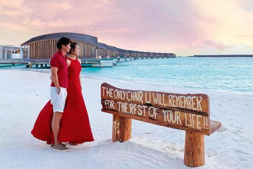 Cuối tháng 7, đôi vợ chồng tiếp tục đi nghỉ dưỡng tại Maldives, thiên đường biển đảo nổi tiếng thế giới. Họchia sẻ nhiều khoảnh khắc lãng mạn trên trang cá nhân. Lần này, họ không đưa các con theo để dành thời gian cho nhau.