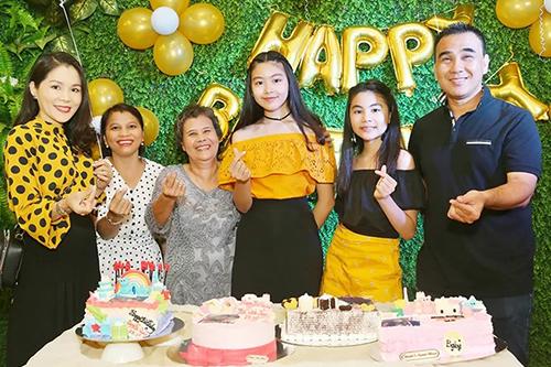 Quyền Linh bên hai con gái và mẹ (từ phải qua) cùng vợ - chị Dạ Thảo (trái) - tại tiệc sinh nhật. Ảnh: Duy England.