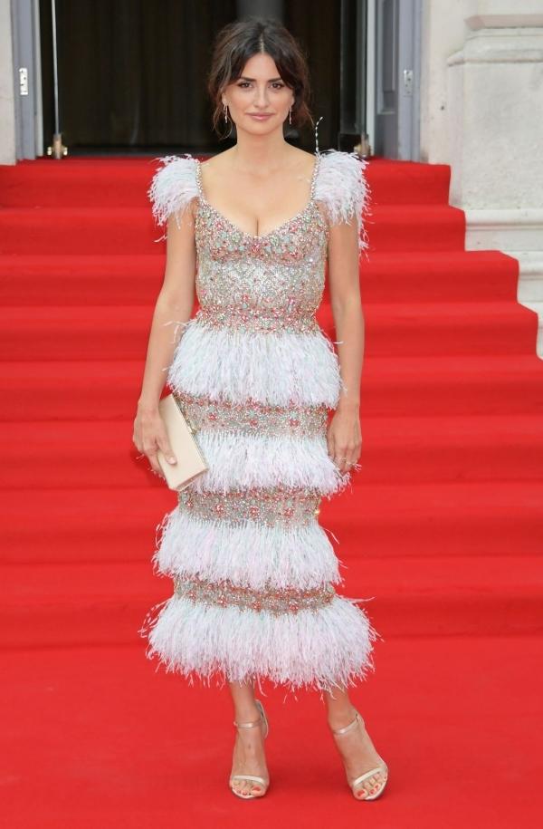 Penélope Cruz vào nhóm sao mặc đẹp với đầm tôn ngực