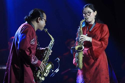 An Trần biểu diễn bên cha - Trần Mạnh Tuấn - trong đêm nhạc Trịnh hồi tháng 4. Ảnh: Hữu Khoa.