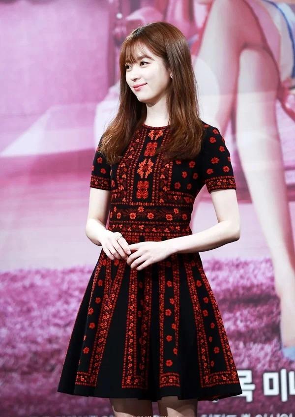 Váy áo hàng hiệu của 'Mỹ nhân cười đẹp nhất Hàn Quốc'