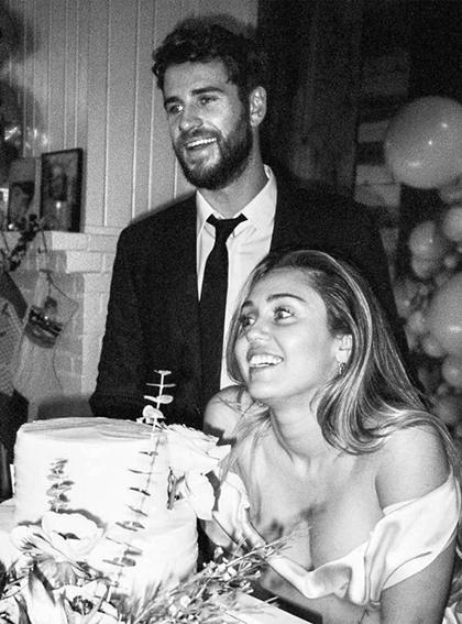 Ngày 23/12, Miley Cyrus và Liam Hemsworth tổ chức đám cưới tại nhà riêng ở Tennessee (Mỹ) hôm 23/12. Họ chỉ mời gia đình, một số bạn bè thân thiết.
