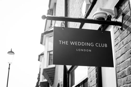 Ngày 8/8, Phuong MyBridalra mắt tại The Wedding Club, London. Tiệm đồ cưới được thành lập từ 2001 có hai chi nhánh tại London và Birmingham, Anh. Cửa hàng nổi tiếng nhờ cung dịch vụ đặt lịch hẹn để phục vụ riêng từng khách hàng, tạo sự thoải mái và riêng tư nhất cho các cô dâu.Wedding Club vừa độc quyền phân phối váy cưới của nhiều nhà mốtnổi tiếng như Zuhair Murad, Berta, Naeem Khan...vừa thiết kế áo cưới chú trọng vào chất lượng và kiểu dáng cho cô dâu.
