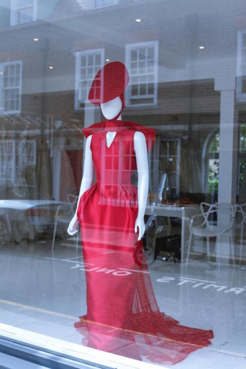 Một trong những mẫu váy cưới của Phuong My bày tại vị trí nổi bật của cửa hàng Wedding Club.