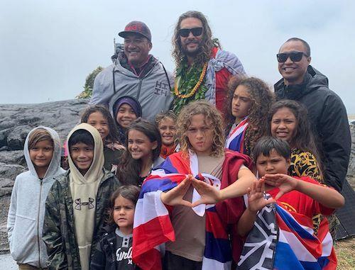 Jason Momoa cùng gia đình, bạn bè biểu tình trên núi
