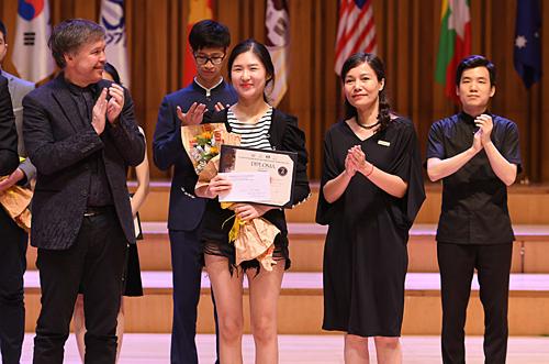 Đại diện ABBank và BGK trao giải Nhì bảng Violin cho thí sinh Hong Hyeon (Hàn Quốc)