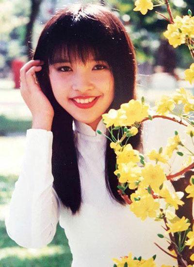 Năm 16 tuổi, Hiền Thục thi đậu thủ khoa Trung cấp thanh nhạc Nhạc viện TP HCM(chung lớp với các ca sĩ Mỹ Tâm và Phạm Thanh Thảo). Cô bắt đầu con đường ca hát chuyên nghiệp,cộng tác với Trung tâm Nhạc nhẹTP HCM. Năm 1999, cô đoạt cúp vàng và giải ca sĩ biểu diễn có hình tượng đẹp nhất trong cuộc thi Giọng ca trẻ châu Á tại Thượng Hải. Thời trẻ, côđể tóc suôn, cắt mái ngang nữ tính.