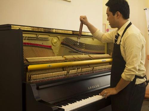 Các chuyên gia Nhật chú trọng khâu chỉnh âm. Họ từng trải qua khoá huấn luyện của Steinway & Sons cùng kinh nghiệm lành nghề trên 15 năm.