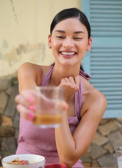 Pia uống cà phê vỉa hè. Cô cho biết không gì mạnh như cà phê Việt Nam. Nó giúp ta tỉnh táo cả ngày, người đẹp viết trên trang cá nhân.