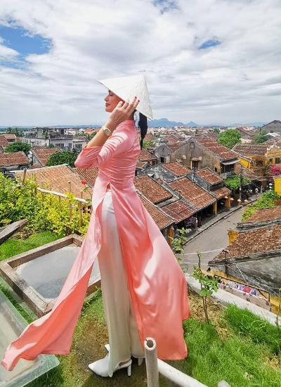 PiaWurtzbach diện áo dài, tạo dáng với bối cảnh phố cổ. Ảnh: Instagram.