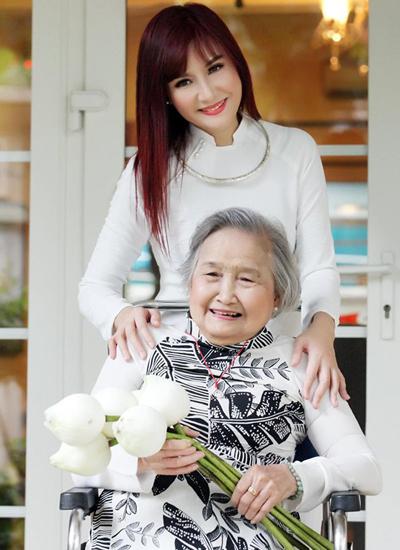 Nghệ sĩ Hiền Mai bên mẹ.