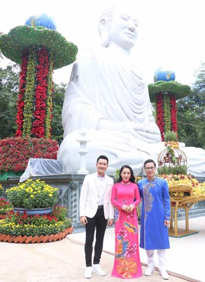 Ca sĩ Phi Hùng (trái) và MC Anh Quân (phải).