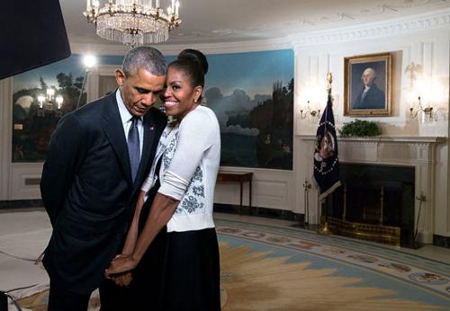 Bà Michelle Obama bên chồng - Tổng thống Mỹ Barack Obama, khi ông đương nhiệm - tại Nhà Trắng năm 2015.